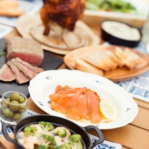 テーブルの上に並ぶグランピングの料理の写真素材 [FYI02683604]