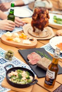 テーブルの上に並ぶグランピングの料理の写真素材 [FYI02683636]
