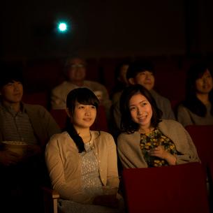 映画を見る2人の女性の写真素材 [FYI02683697]