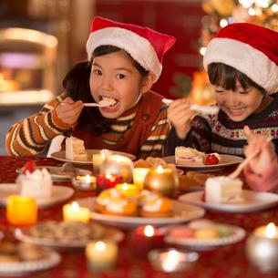 クリスマスパーティーをする子供達の写真素材 [FYI02683719]