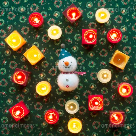 たくさんのキャンドルと雪だるまの写真素材 [FYI02683733]