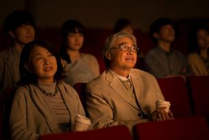 映画を見るシニア夫婦の写真素材 [FYI02683744]