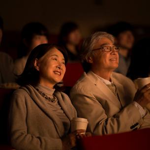 映画を見るシニア夫婦の写真素材 [FYI02683752]