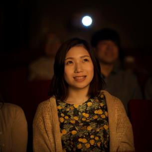 映画を見る女性の写真素材 [FYI02683772]