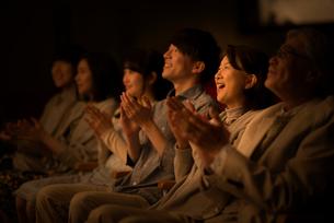 拍手をする観客の写真素材 [FYI02683813]