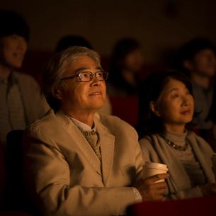 映画を見るシニア夫婦の写真素材 [FYI02683834]