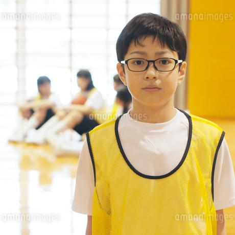 体育館で真剣な表情をする男子学生の写真素材 [FYI02683836]