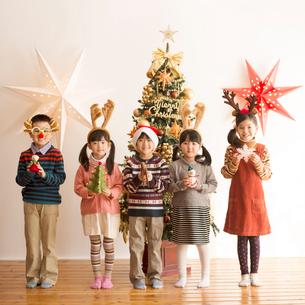 クリスマスツリーの前に並ぶ子供達の写真素材 [FYI02683850]