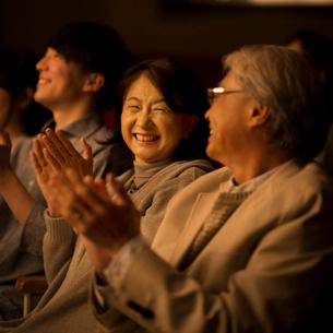 拍手をする観客の写真素材 [FYI02683859]