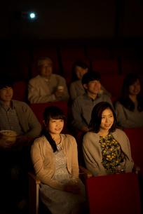 映画を見る2人の女性の写真素材 [FYI02683871]