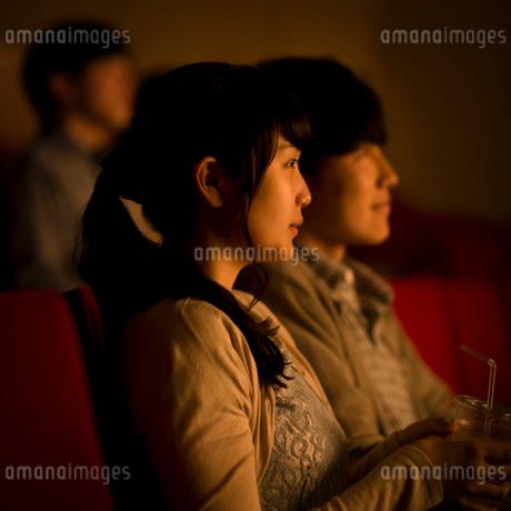 映画を見るカップルの写真素材 [FYI02683873]