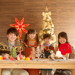 クリスマスパーティーをする親子の写真素材 [FYI02683881]