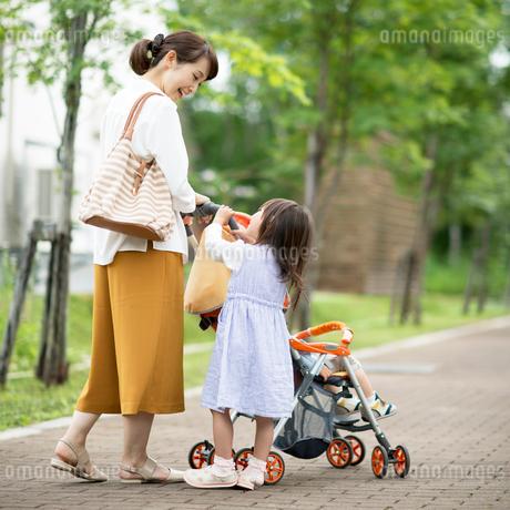 ベビーカーを押す母親と娘の写真素材 [FYI02683885]