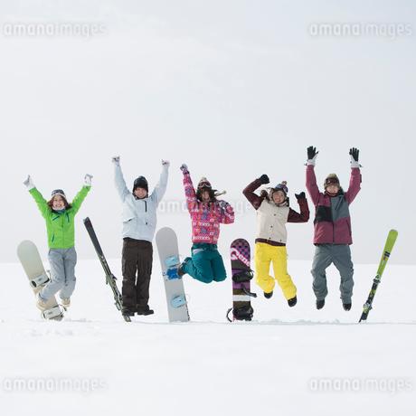 ゲレンデでジャンプをする若者たちの写真素材 [FYI02683888]