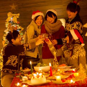 クリスマスパーティーをする若者たちの写真素材 [FYI02683889]