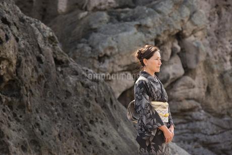 大島紬を着てポーズする40代女性染色家の写真素材 [FYI02683894]