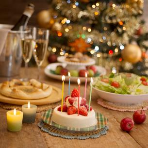 パーティー料理とクリスマスツリーの写真素材 [FYI02683896]