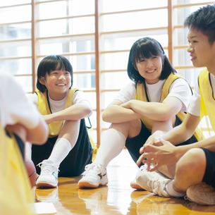 体育館で談笑をする学生の写真素材 [FYI02683897]