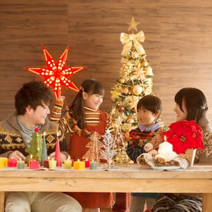 クリスマスパーティーをする親子の写真素材 [FYI02683915]