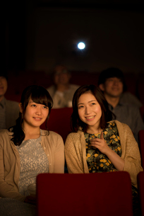 映画を見る2人の女性の写真素材 [FYI02683928]