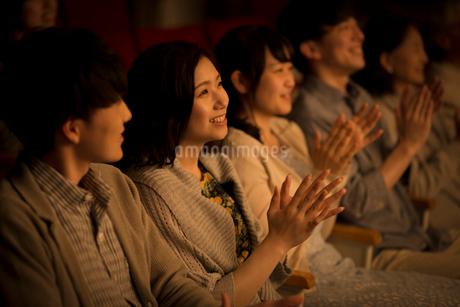 拍手をする観客の写真素材 [FYI02683951]