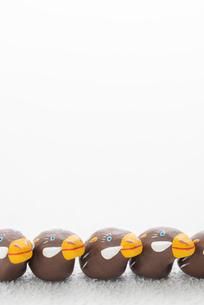 一列に並ぶイノシシ 干支のクラフトのイラスト素材 [FYI02683980]
