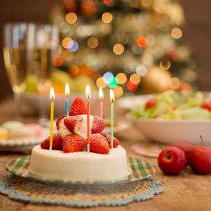 パーティー料理とクリスマスツリーの写真素材 [FYI02684018]