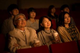 映画を見るシニア夫婦の写真素材 [FYI02684101]