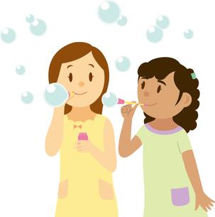 シャボン玉で遊ぶ南米系女子と日本人女子のイラスト素材 [FYI02684246]