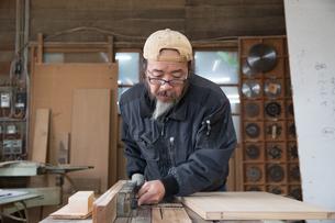 家具を作る男性の写真素材 [FYI02684280]