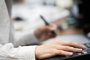 パソコンでコントローラーとペンでデザインする20代女性の写真素材 [FYI02684295]