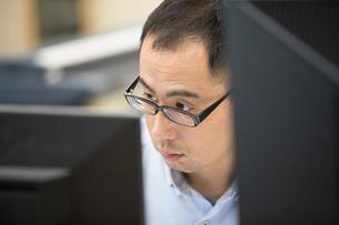 パソコンでデザインする30代男性の写真素材 [FYI02684308]