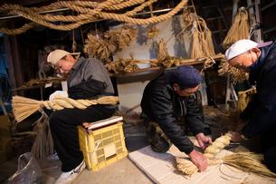 冬の農閑期にしめ縄作りする70~80代男性の写真素材 [FYI02684328]