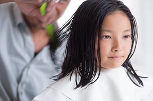 髪をカットされる少女の写真素材 [FYI02684351]