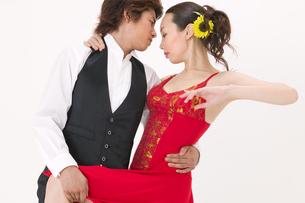 ラテンダンスを踊る男女の写真素材 [FYI02684363]