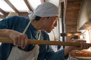 パンを焼く20代職人の写真素材 [FYI02684391]