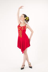 ラテンダンスを踊る女性の写真素材 [FYI02684418]
