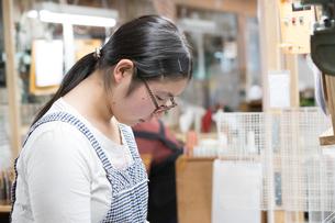 打掛着物を織る20代女性の写真素材 [FYI02684567]