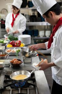 オムレツを作る調理師の写真素材 [FYI02684826]