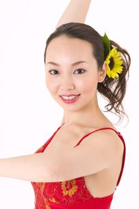 ラテンダンスを踊る女性の写真素材 [FYI02684867]