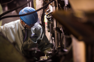 工場で働く30代男性の写真素材 [FYI02684959]