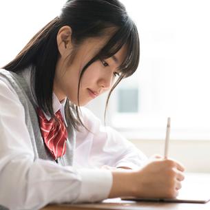 タブレットPCで勉強をする女子学生の写真素材 [FYI02684970]