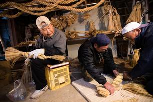 冬の農閑期にしめ縄作りする70~80代男性の写真素材 [FYI02685003]