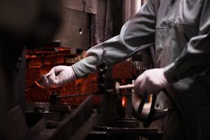 工場で働く30代男性の写真素材 [FYI02685009]