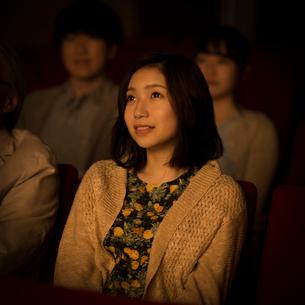 映画を見る女性の写真素材 [FYI02685046]