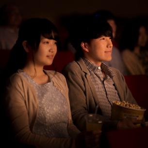 映画を見るカップルの写真素材 [FYI02685066]