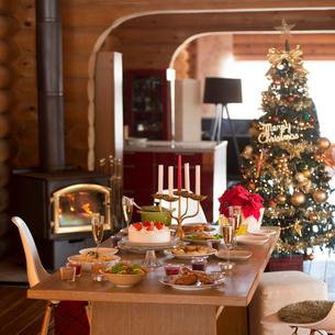 クリスマスの飾り付けをしている部屋の写真素材 [FYI02685097]