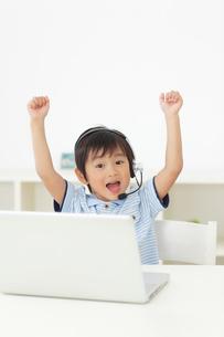 通信教育をする男の子の写真素材 [FYI02685167]