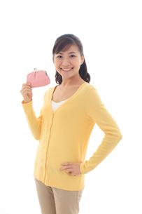 財布を持ちポーズをとる女性の写真素材 [FYI02685175]