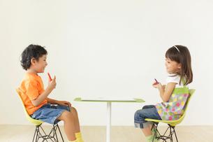 子供部屋でお絵かきをする男の子と女の子の写真素材 [FYI02685189]